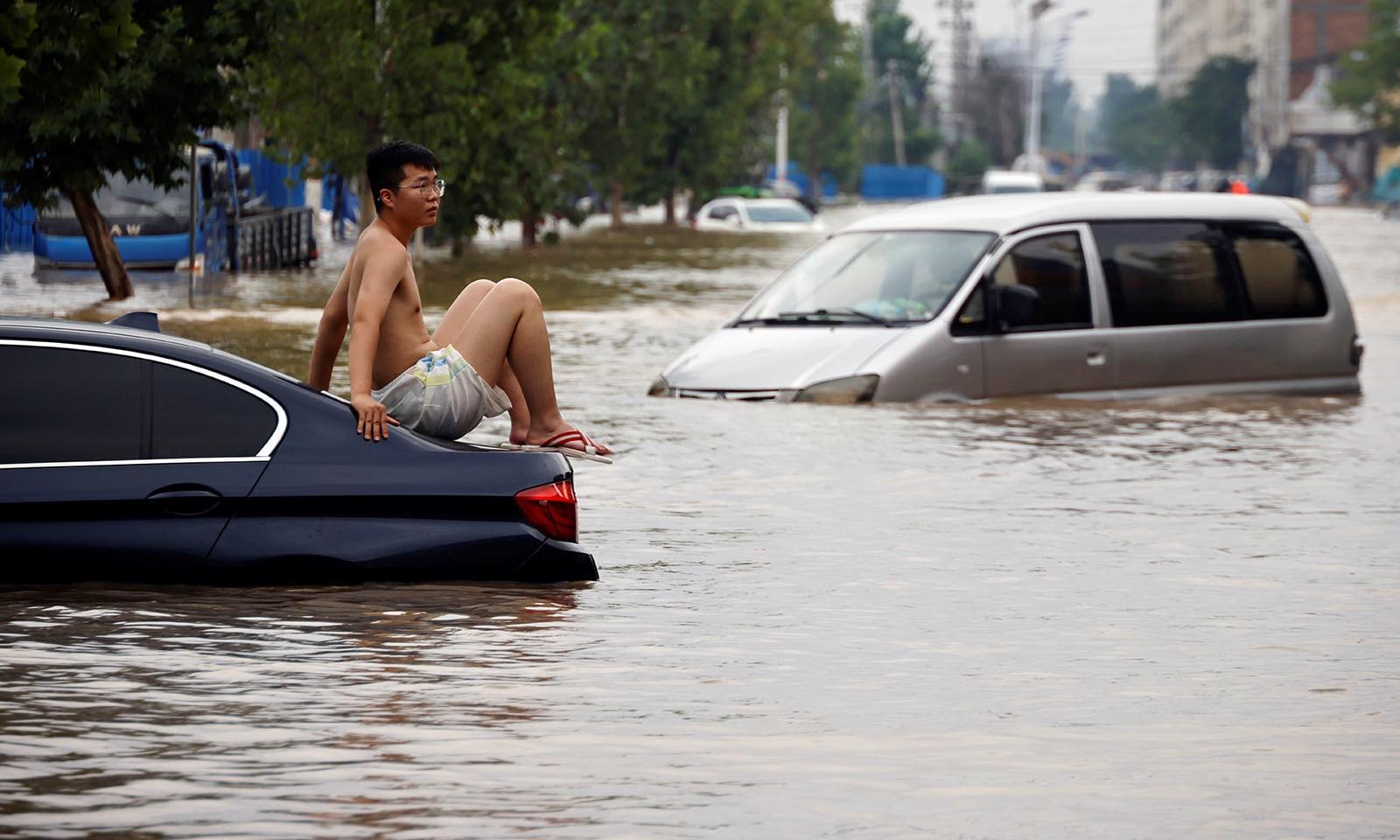 پانی کی سطح بلند ہونے سے کئی افراد اپنی گاڑیوں میں ہھنس کر رہ گئے—تصویر: رائٹرز