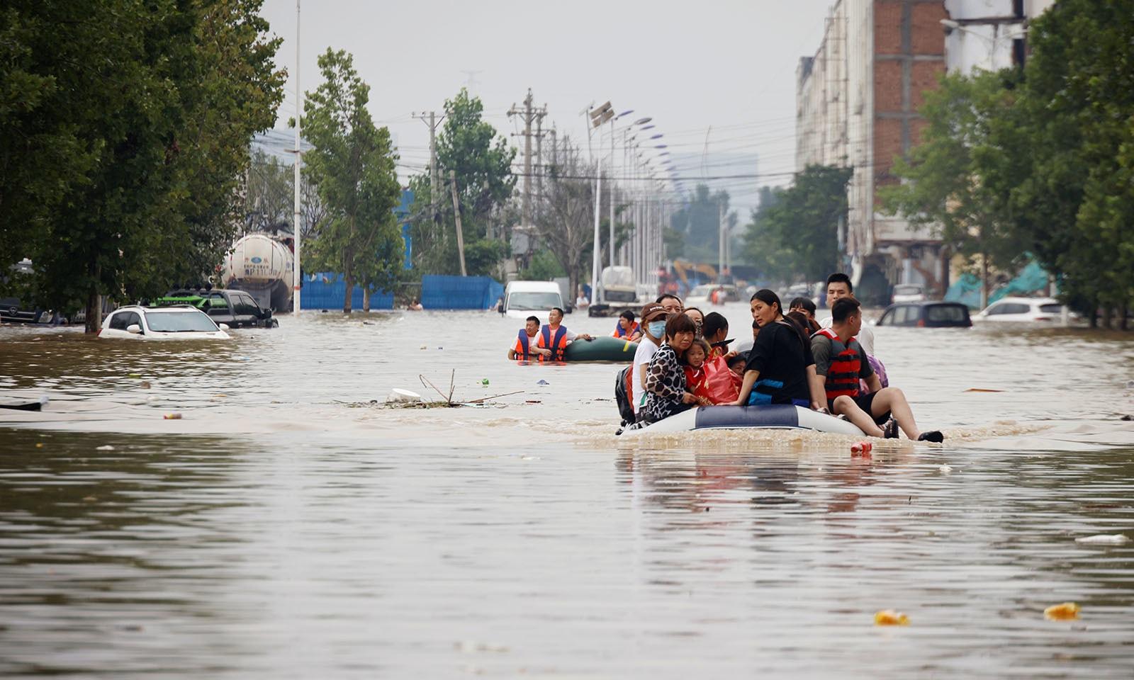 رہائشیوں کو ربر کی کشتیوں کی مدد سے بھی متاثرہ علاقے سے منتقل کیا گیا—تصویر: رائٹرز
