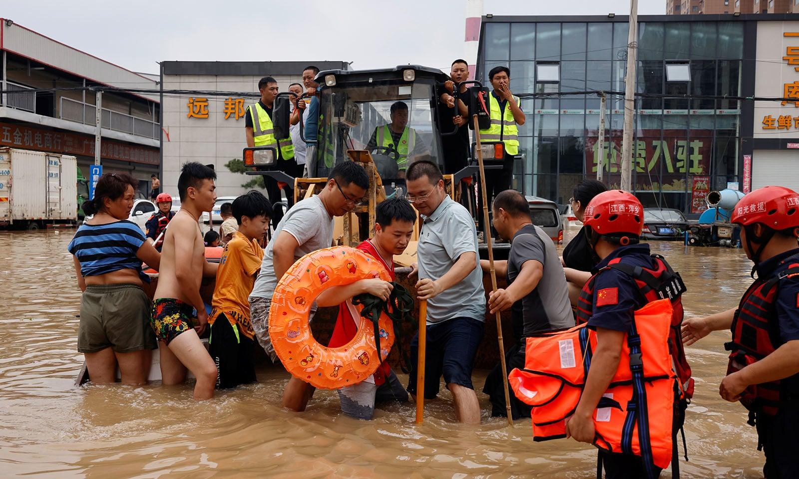 ریسکیو ٹیمز نے رہائشیوں کو محفوظ مقامات پر منتقل کرنے کے لیے ربر کی کشتیوں کا استعمال کیا —تصویر: رائٹرز