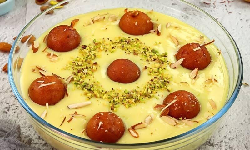 اس عید پر میٹھے میں ذائقہ دار گلاب جامن کسٹرڈ بنائیں