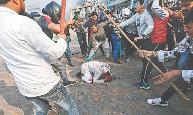 بھارت کے شہر نئی دہلی میں شہریت کے بل کے بعد شروع ہونے والے احتجاجی مظاہروں کے دوران مشتعل افراد ہندو مذہب کا نعرہ بلند کرتے ہوئے ایک مسلمان شخص کو تشدد کو نشانہ بنا رہے ہیں—رائٹرز/دانش صدیقی