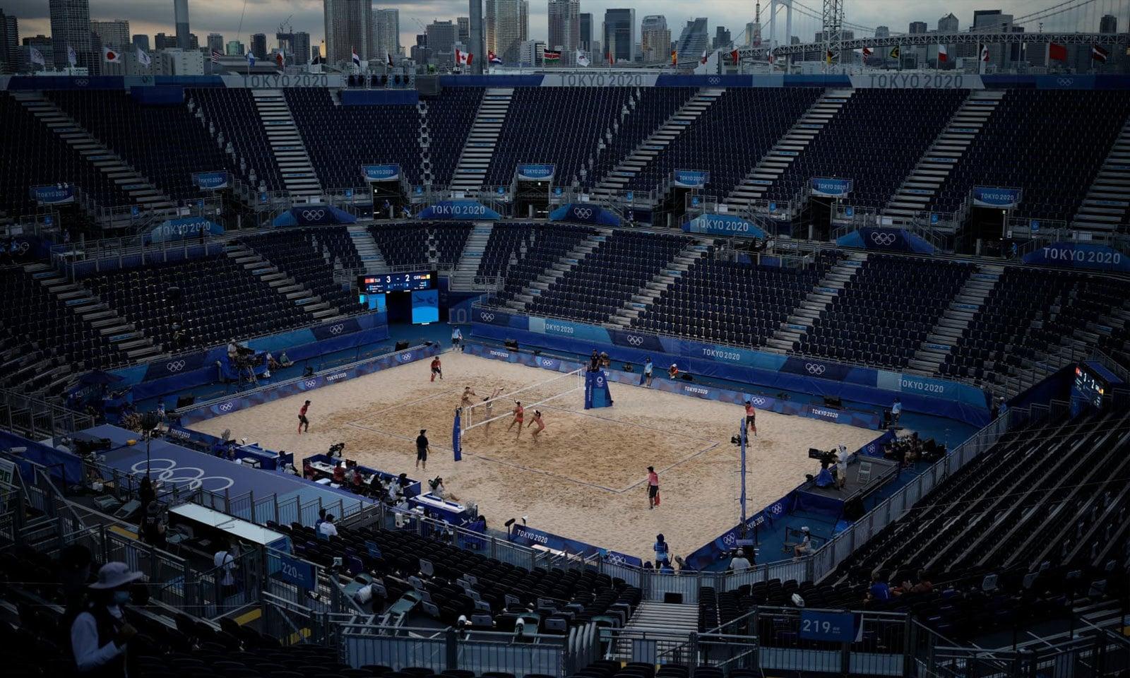 میدان کی خالی کرسیاں نشان دہی کر رہی ہیں کہ کورونا وائرس کی وجہ سے اولمپکس متاثر ہوا ہے— فوٹو: اے پی