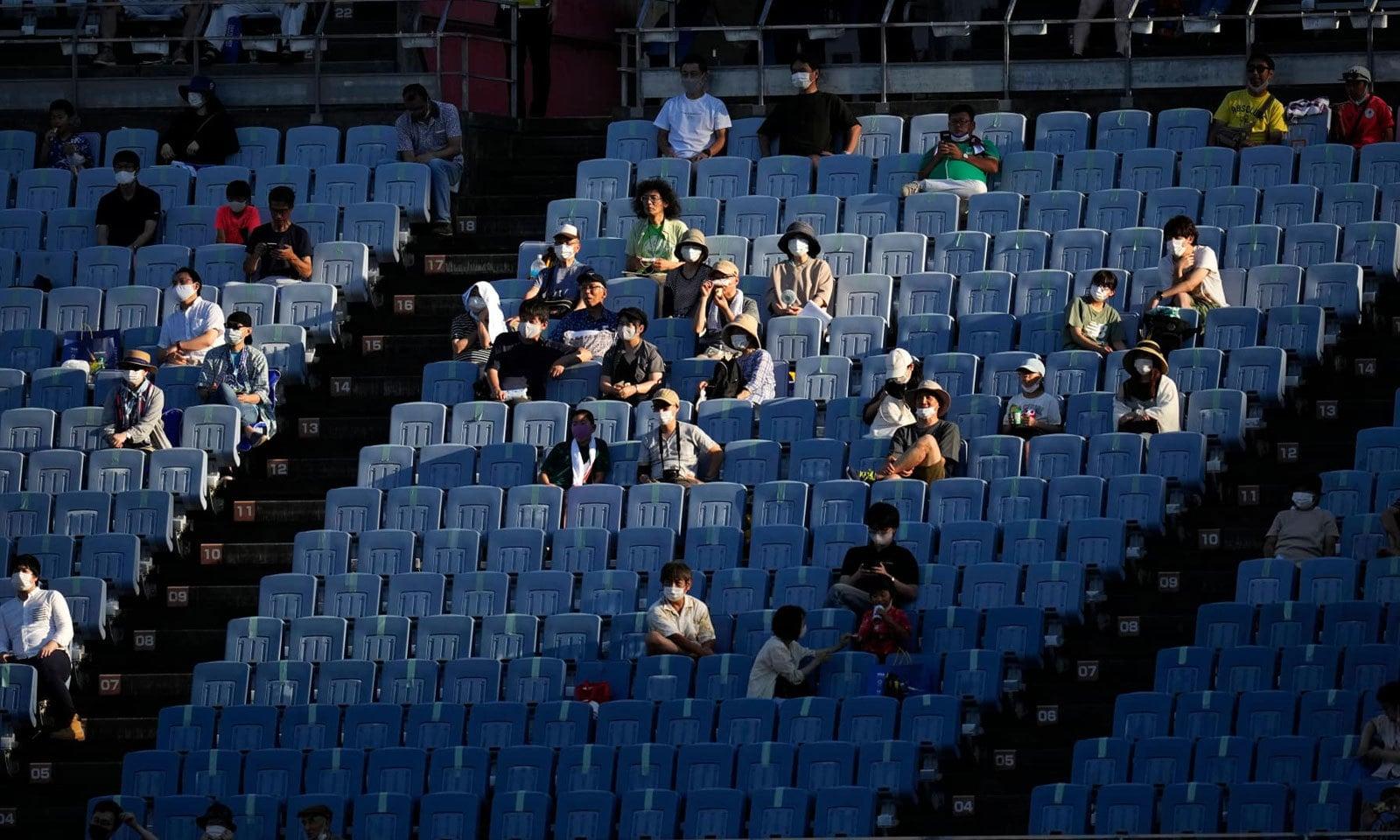 فٹ بال کے مقابلے میں انتہائی محدود تعداد میں شائقین کو داخلے کی اجازت دی گئی— فوٹو: اے پی