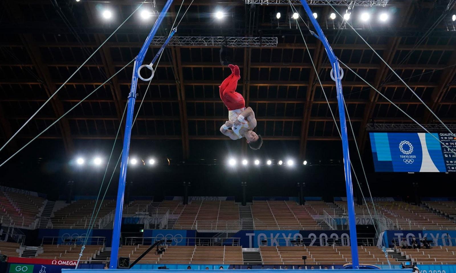 مین جمناسٹک مقابلوں میں فلپائن اولمپئن نے شان دار کارکردگی دکھائی— فوٹو: اے پی