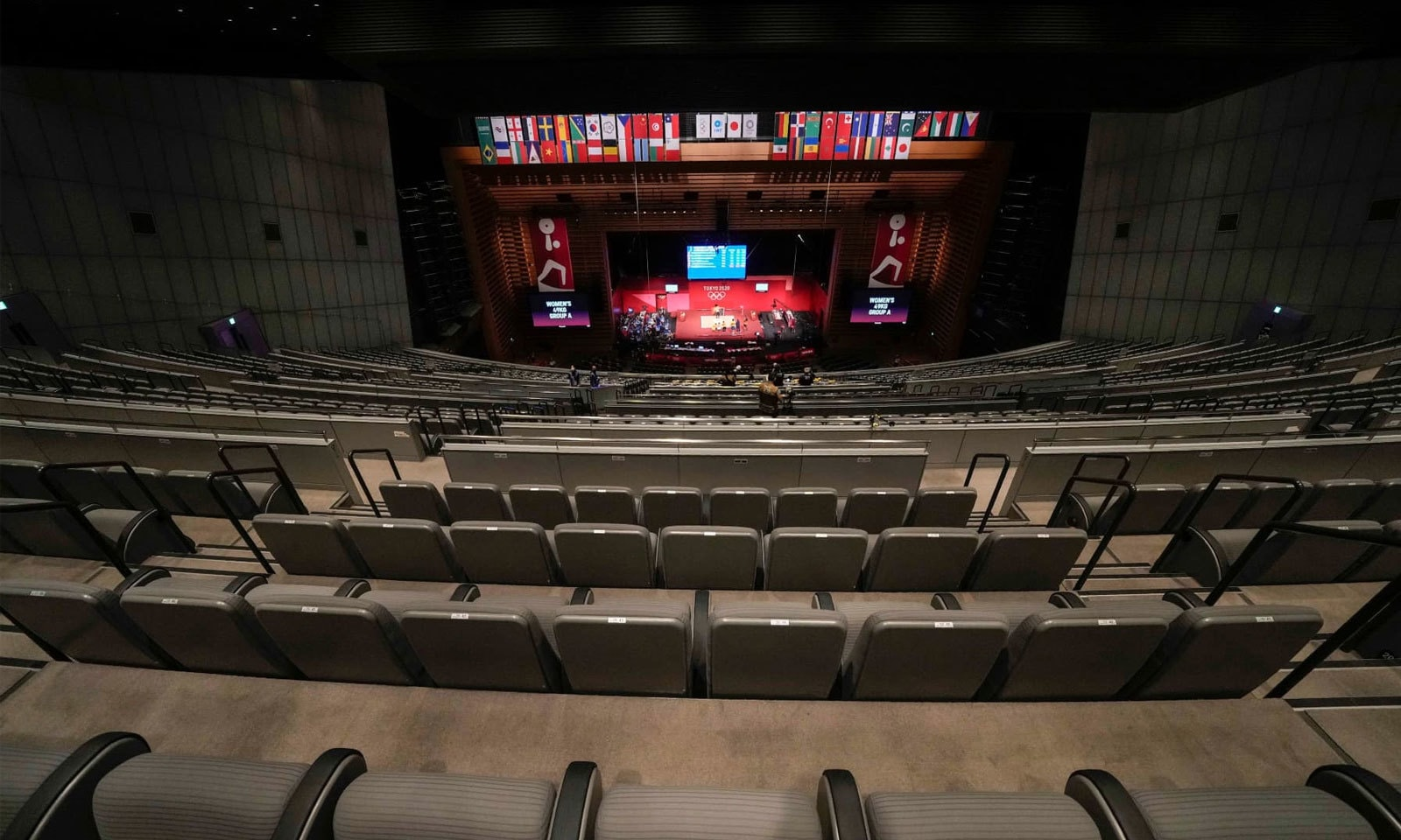 خواتین کے 49 کلو گرام ویٹ لفٹنگ مقابلوں میں ٹوکیو انٹرنیشنل فورم میں تماشائیوں کی کرسیاں خالی رہیں— فوٹو: اے پی