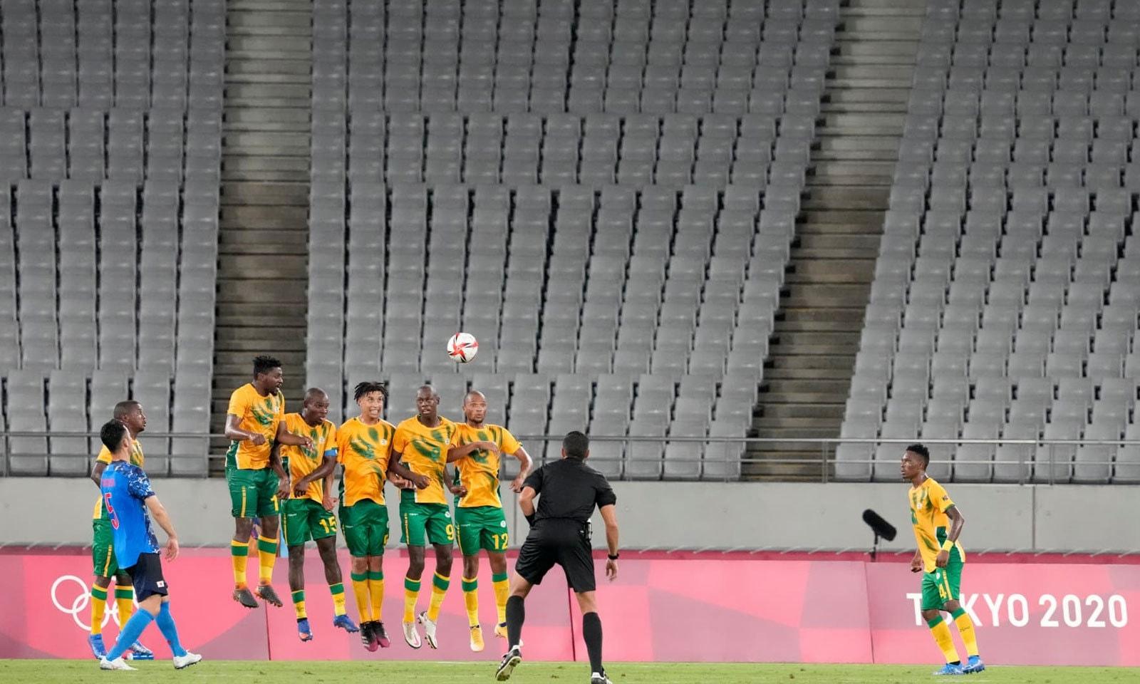 فٹبال مقابلوں میں جاپان اور جنوبی افریقہ کی ٹیمیں آمنے سامنے آئیں—فوٹو: اےپی