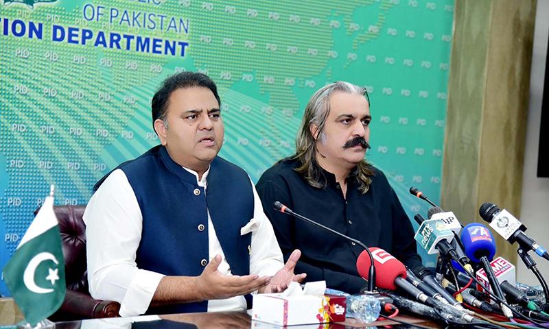 وفاقی وزیر علی امین گنڈاپور اور فواد چوہدری پریس کانفرنس سے خطاب کررہے ہیں— فوٹو: اے پی پی