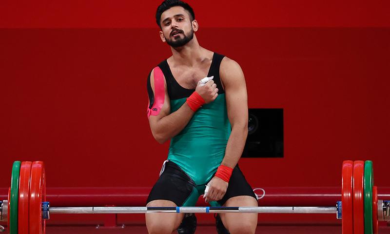 پاکستان کے ویٹ لفٹر طلحہ طالب کا اولمپکس مقابلوں کے دوران فاتحانہ انداز— فوٹو: رائٹرز