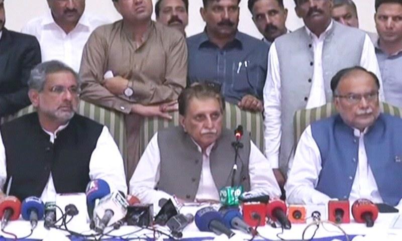 وزیر اعظم آزاد کشمیر راجا فاروق حیدر مسلم لیگ(ن) کے رہنماؤں کے ہمراہ پریس کانفرنس کررہے ہیں — فوٹو: ڈان نیوز
