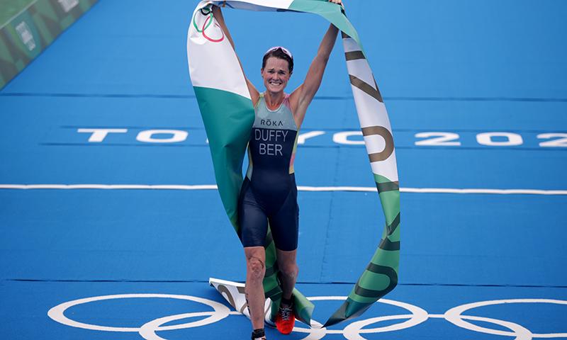 برمودا کی فلورا ڈفی کا ٹرائیتھلون ریس جیتنے کے بعد فاتحانہ انداز— فوٹو: اے ایف پی