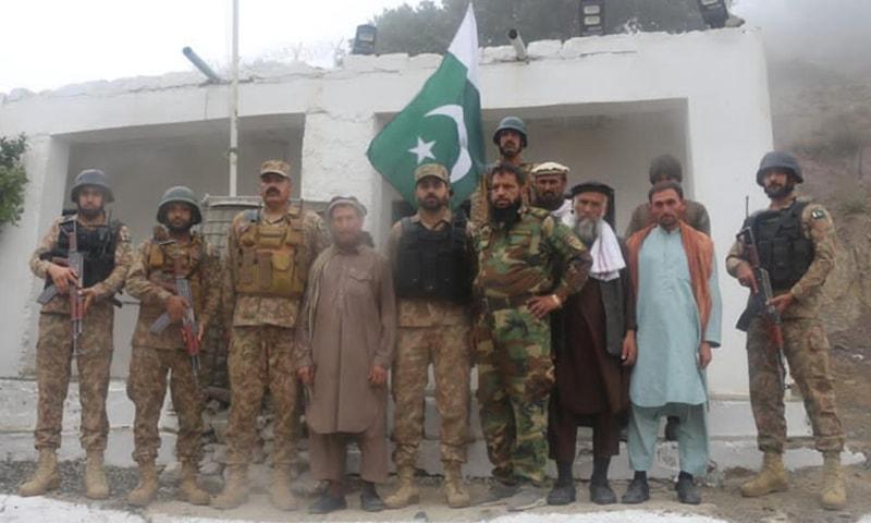 افغان فوجیوں کو باجوڑ کے علاقے نواپاس میں حکام کے حوالے کردیا گیا—فوٹو:آئی ایس پی آر