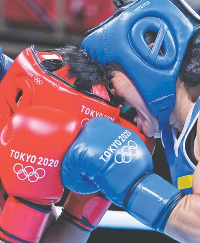 COLOMBIA'S Yeni Marcela Arias Castaneda (R) fights Nesthy Petecio of the Philippines during their women's featherweight 57kg boxing match on Wednesday.—AP