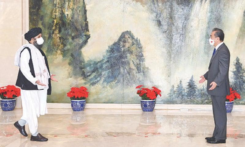 ملا عبد الغنی برادر چینی وزیرِ خارجہ سے ملاقات کرتے ہوئے— تصویر: چینی وزارت خارجہ
