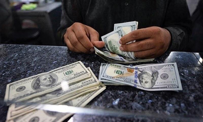 اوپن مارکیٹ میں ڈالر 163.50 روپے میں ٹریڈ ہوا لیکن ٹرن آؤٹ کم رہا کیونکہ اس کی اوپن مارکیٹ میں ڈیمانڈ اب بھی کم ہے— فوٹو: ڈان