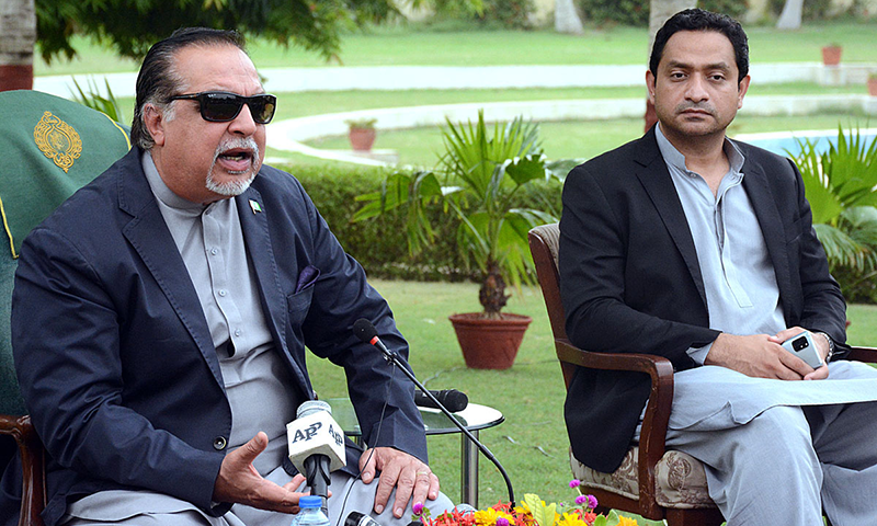 گورنر سندھ عمران اسماعیل پریس کانفرنس سے خطاب کررہے ہیں— فوٹو: اے پی پی