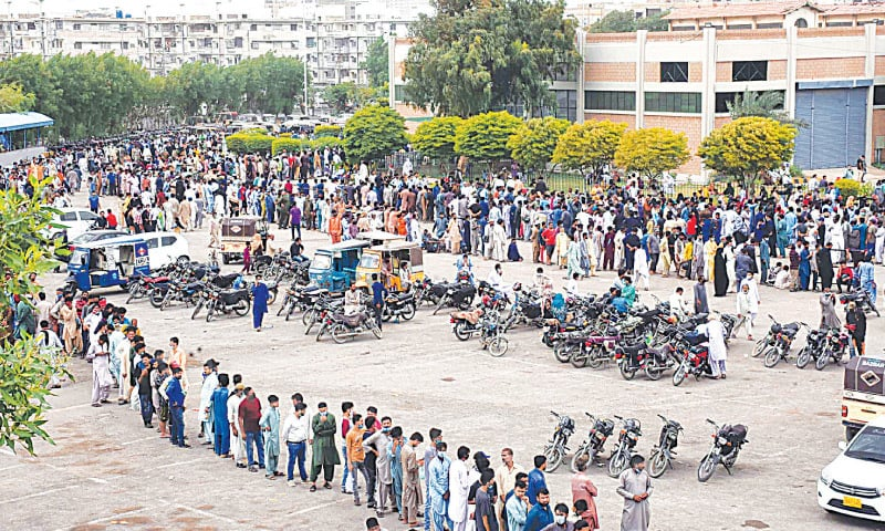 Serpentine lines are seen at the Expo Centre on Saturday as people rush to get vaccinated.—PPI
