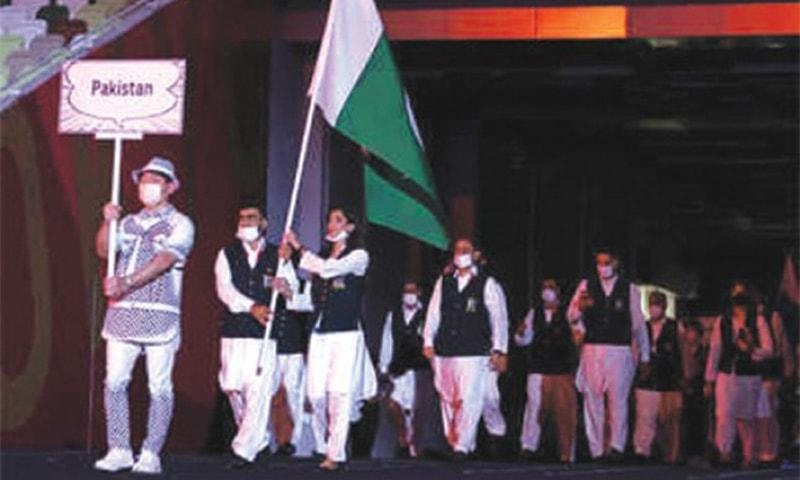 ٹوکیو اولمپکس میں شریک پاکستانی دستہ جس میں ماہور شہزاد اور  خلیل اختر نے پرچم تھاما ہوا ہے۔