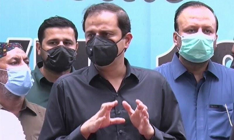 پیپلز پارٹی کے رہنما مرتضیٰ وہاب کراچی میں میڈیا سے گفتگ کررہے ہیں— فوٹو: ڈان نیوز
