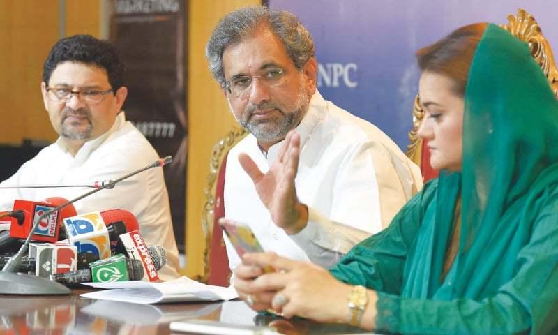PML-N leaders Shahid Khaqan Abbasi (centre), Miftah Ismail and Marriyum Aurangzeb address a press conference.—Tanveer Shahzad/White Star/File