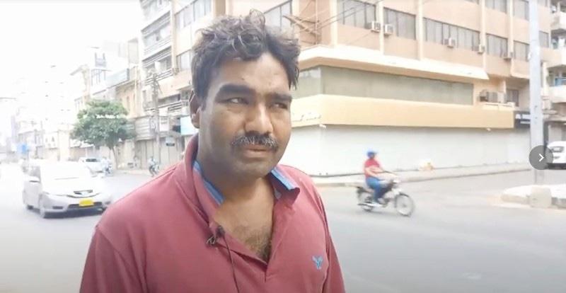 """اکرم 20 سال سے کراچی کے علاقے صدر کے صرافہ بازار میں کام کرتے آ رہے ہیں—فوٹو"""" لکھاری"""