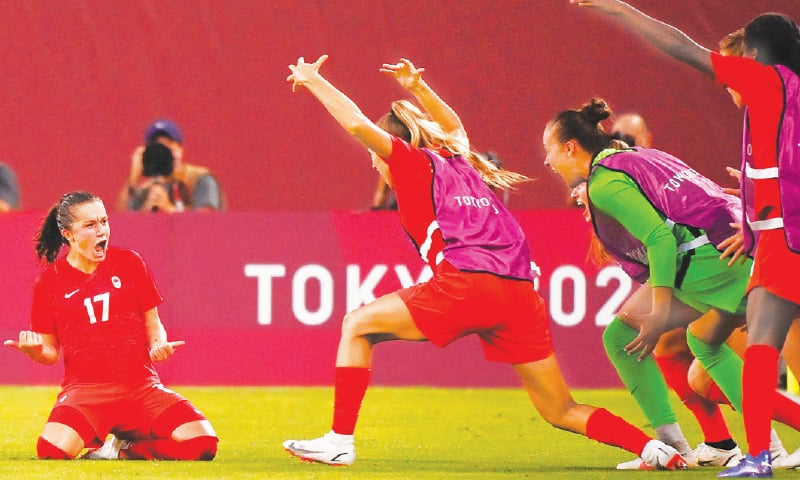 CANADA'S Jessie Fleming (L) celebrates with team-mates after scoring the winner during their semi-final against the United States at the Ibaraki Kashima Stadium.—AFP
