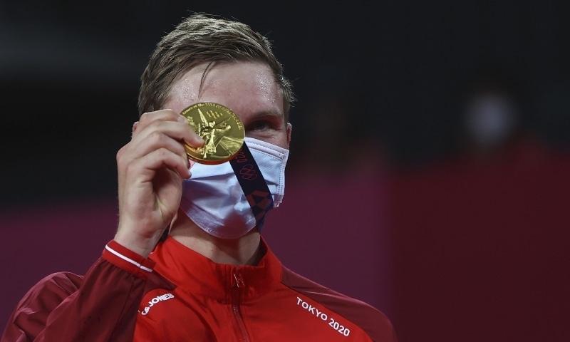 Gold medallist Viktor Axelsen of Denmark poses with his medal. — Reuters