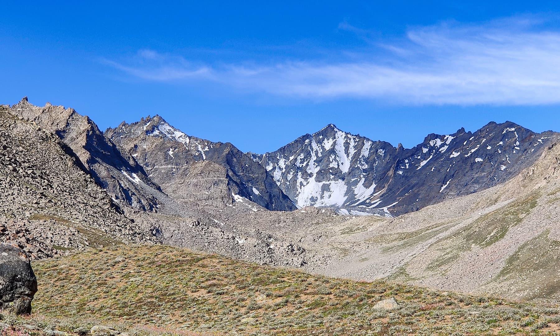 جھیل سے قبل آنے والا ایک خوبصورت و بلند پہاڑ