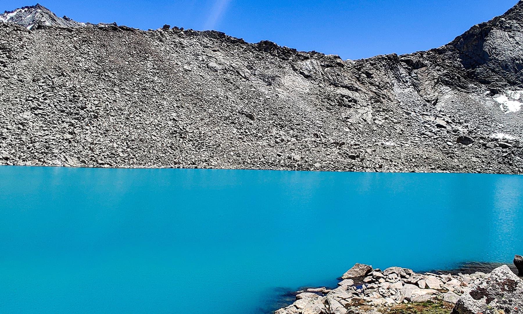 جھیل کا زمرد پانی