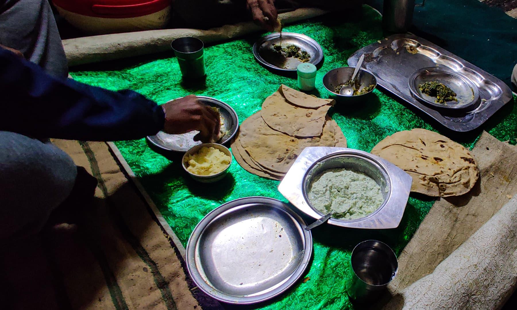عشائیے میں مقامی سبزی، دیسی گھی اور لسی سے تواضع کی گئی