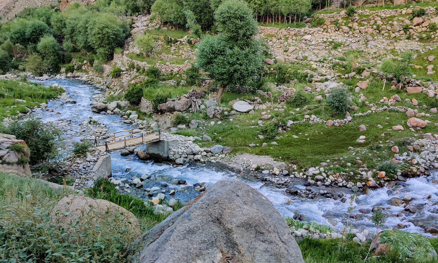 ندی گاؤں کو پانی کی فراہمی کا واحد ذریعہ ہے
