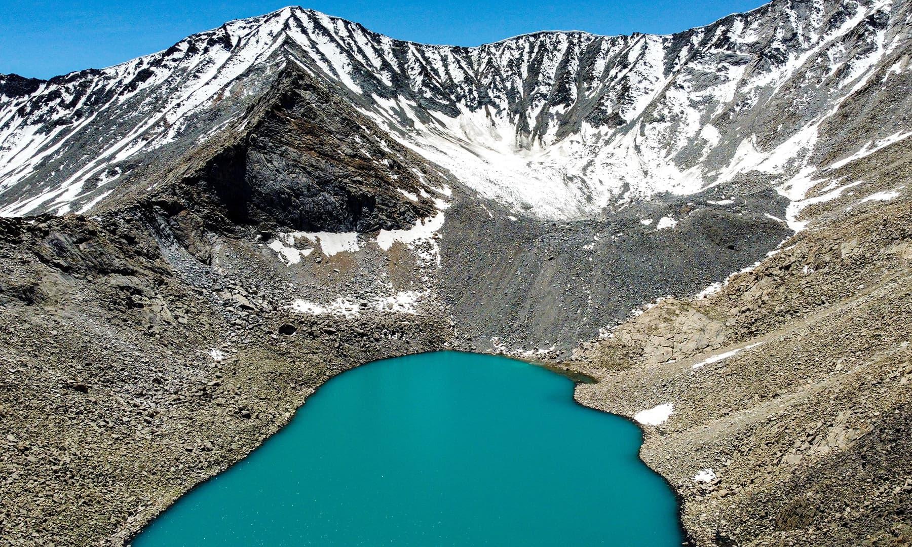 جھیل کی لمبائی 1200 میٹر جبکہ چوڑائی 700 میٹر ہے