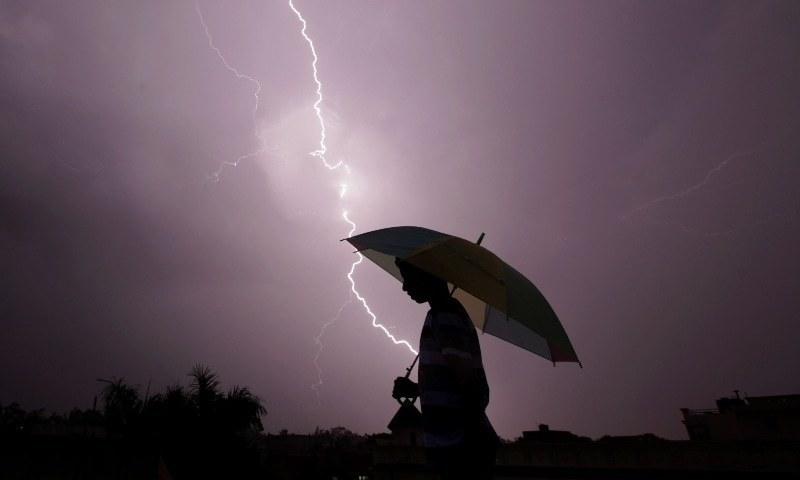 بنگلہ دیش میں مارچ سے جولائی کے دوران آسمانی بجلی گرنے کے واقعات پیش آتے ہیں—فائل/فوٹو: اے ایف پی