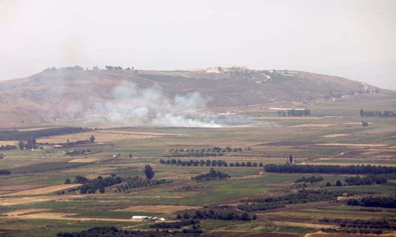 اسرائیل کی سرحد سے متصل لبنان کے علاقے میں اسرائیل کی جوابی کارروائی کے بعد دھویں کے بادل دیکھے جا سکتے ہیں— رائٹرز