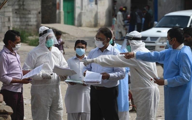 پاکستان میں اب تک 10 لاکھ 63 ہزار 125 افراد کے وائرس سے متاثر ہونے کی تصدیق ہوچکی ہے — فائل فوٹو: اے ایف پی