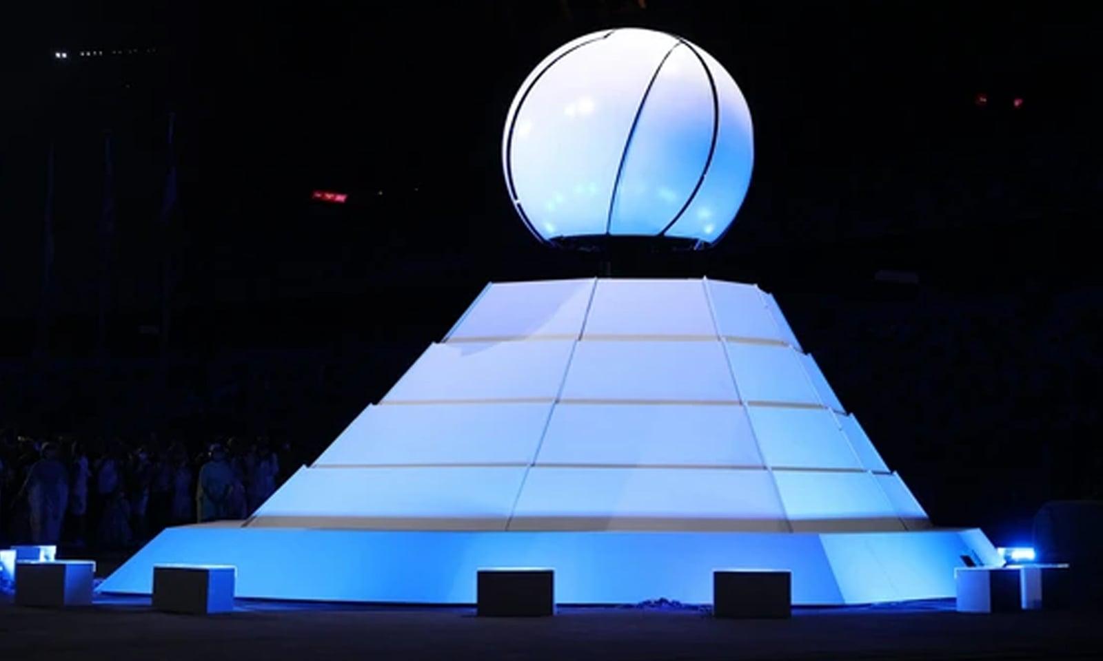 اولمپک مشعل ٹوکیو میں بجھ گئی اور اب 2024 میں پیرس میں پھر روشن ہوگی—فوٹو:رائٹرز