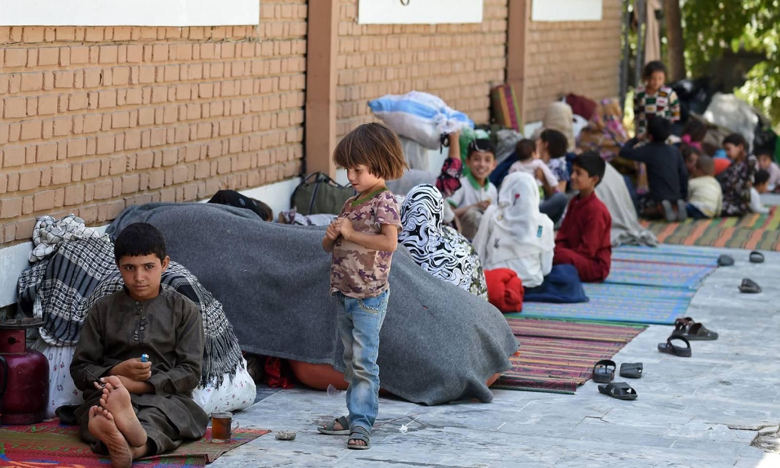افغانستان کے شمالی صوبے میں طالبان اور افغان سیکیورٹی فورسز  کی جھڑپوں کے بعد فرار ہونے والے خاندان کابل  میں موجود ہیں —فوٹو: اے ایف پی