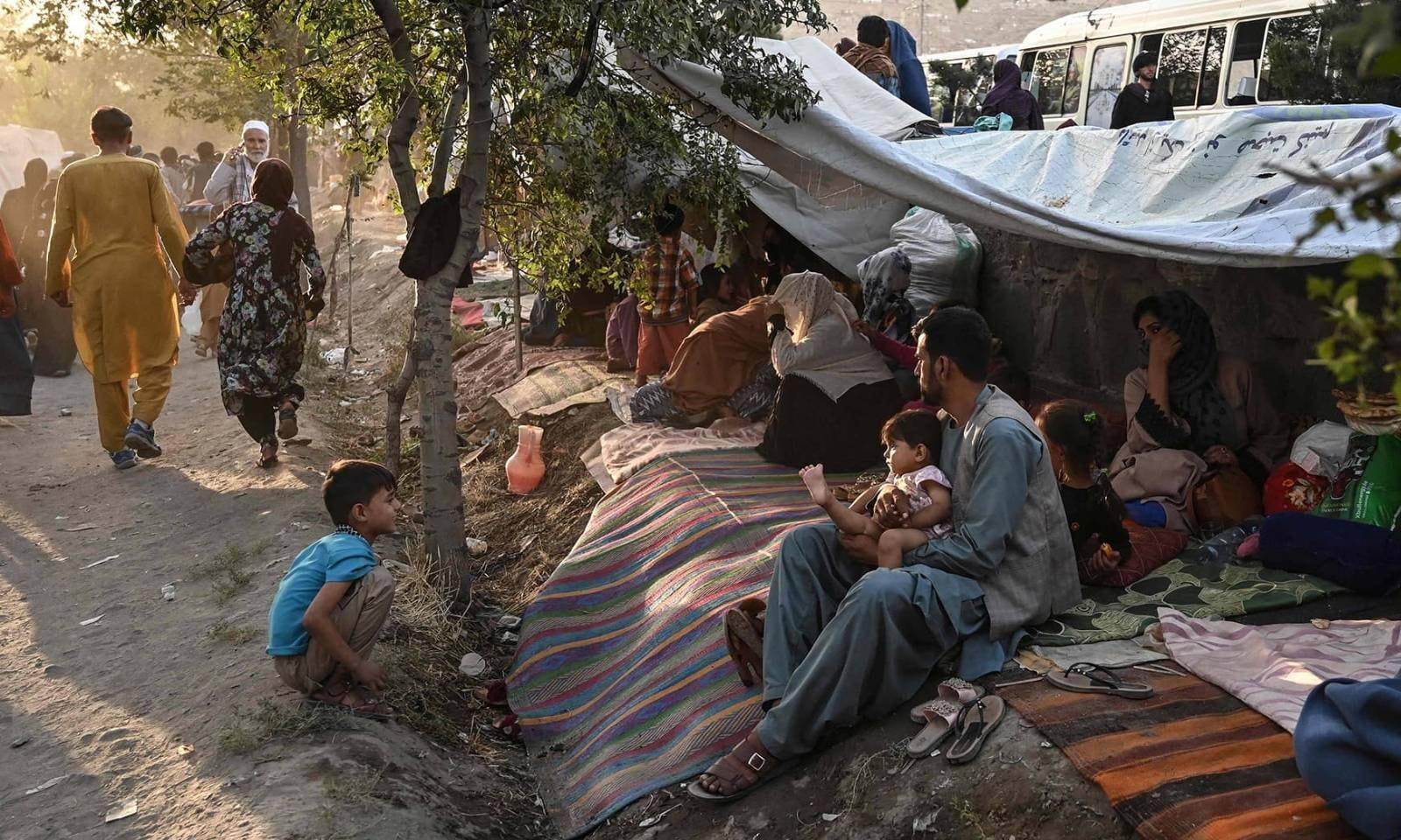 کابل کے عوامی مقامات پر بڑی تعداد میں دیگر صوبوں سے ہجرت کرنے والے لوگ موجود ہیں — فوٹو: اے ایف پی