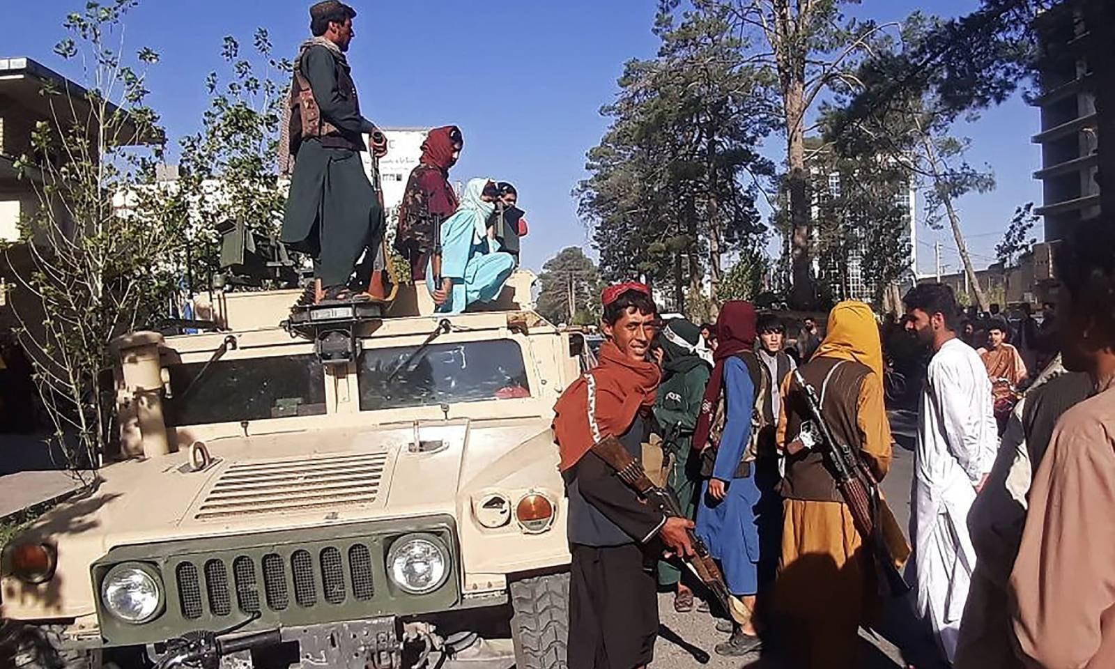 افغانستان کے تیسرے بڑے شہر ہرات میں طالبان جنگجو سڑک کنارے پہرا دے رہے ہیں —فوٹو: اے ایف پی