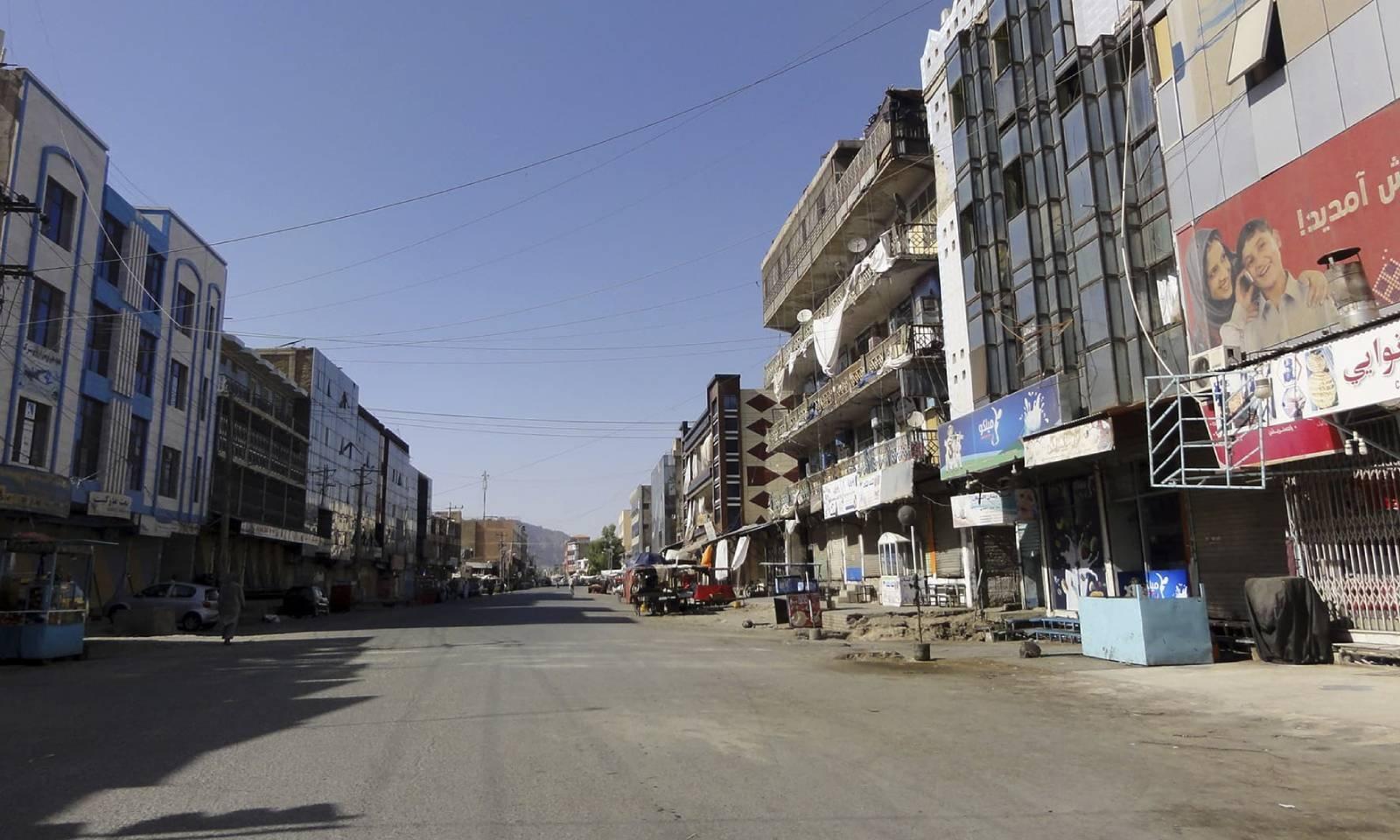 طالبان اور افغان سیکیورٹی فروسز کی جھڑپ کے باعث قندھار میں مارکیٹیں بند ہیں —فوٹو: اے پی