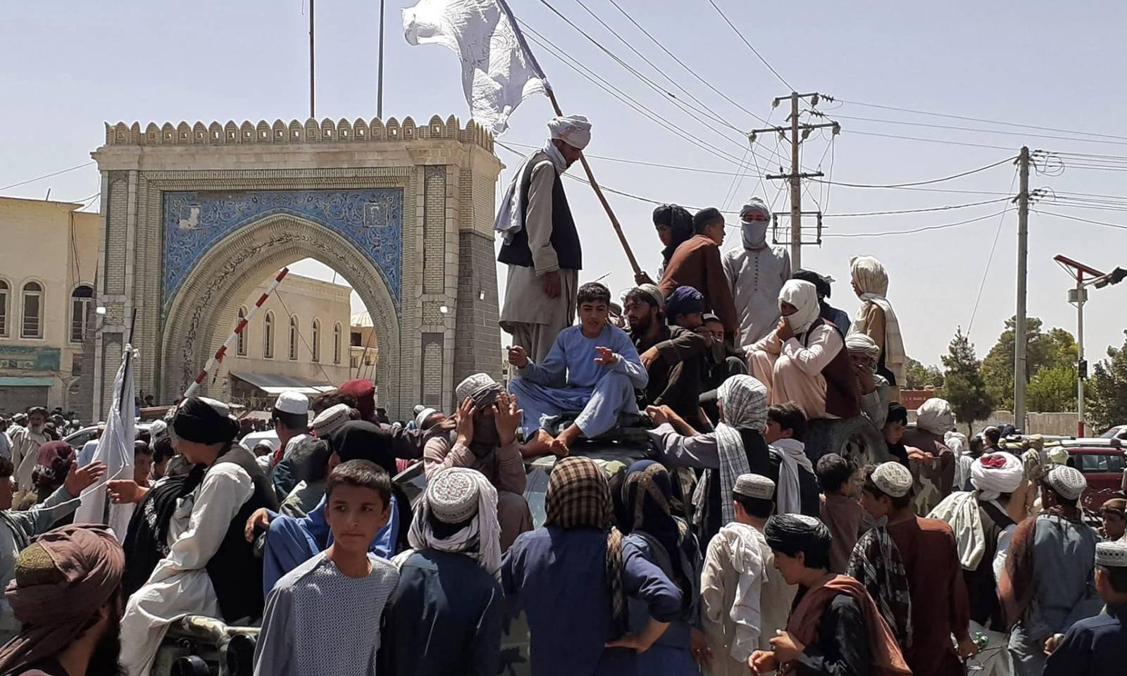 طالبان جنگجو قندھار میں سڑک کنارے ایک گاڑی پر موجود ہیں—فوٹو: اے ایف پی