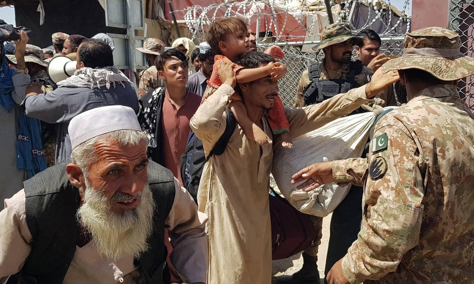 پاکستانی فوجی، چمن میں کراسنگ پوائنٹ سے آنے والے افغان شہریوں کی چیکنگ میں مصروف ہیں —فوٹو: اے ایف پی