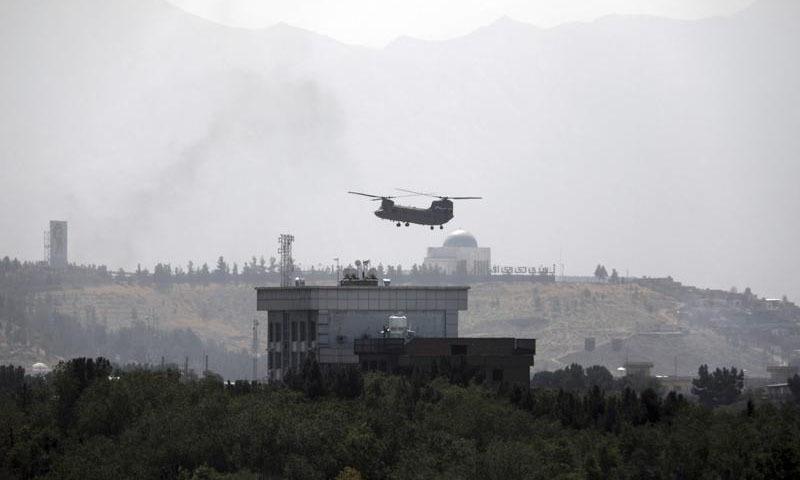 امریکی ہیلی کاپٹر انخلا کے لیے کابل سفارتخانے پہنچے—تصویر: اے پی