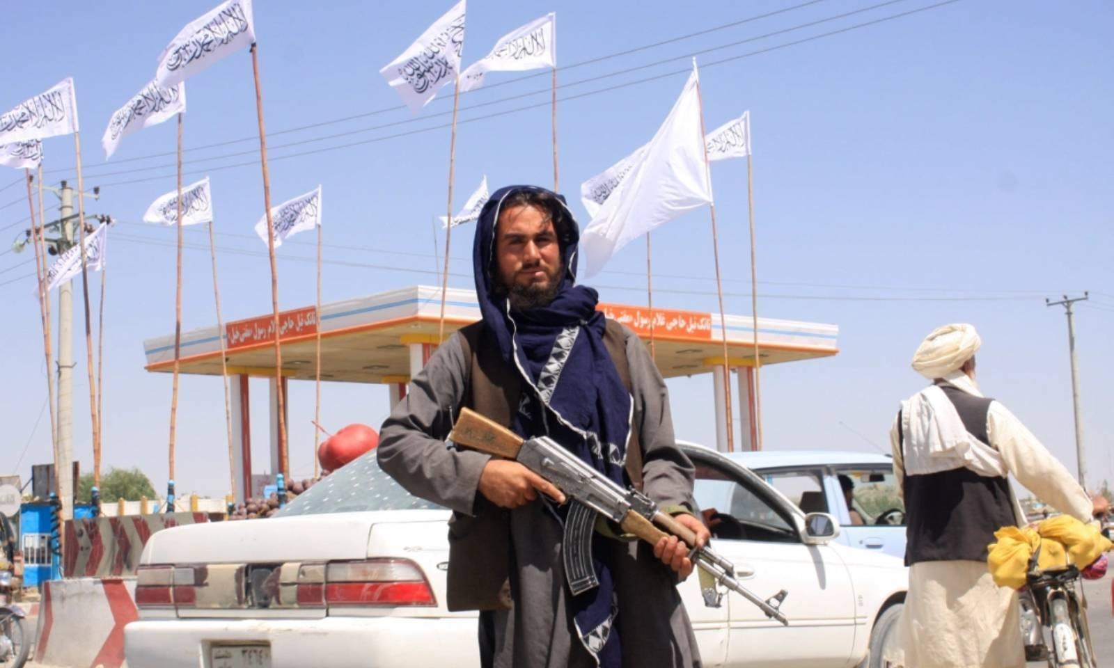 غزنی میں طالبان کا ایک رکن پہرا دے رہا ہے — فوٹو: رائٹرز