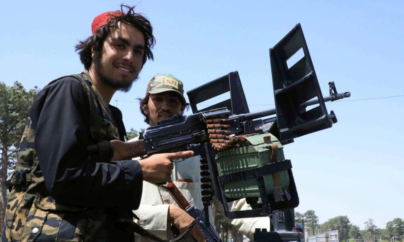 طالبان جنگجو ہرات میں گشت کررہے ہیں— فوٹو: رائٹرز