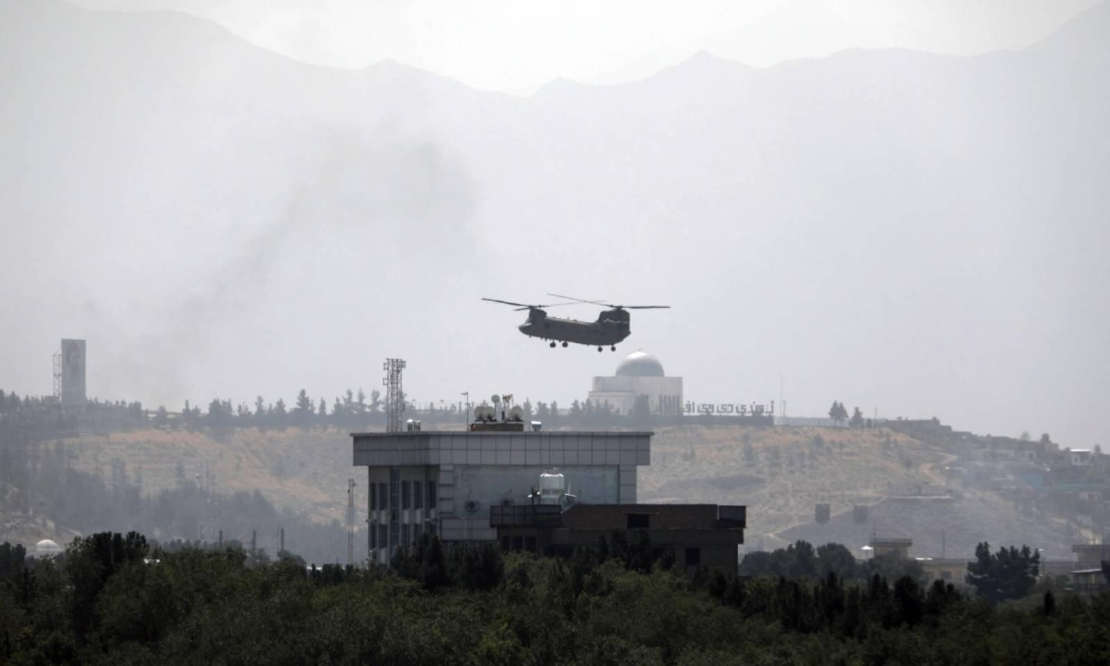 طالبان کے کابل کی طرف بڑھنے پر امریکی ہیلی کاپٹرز اپنے سفارتخانے کا رخ کررہے ہیں—فوٹو: اے پی