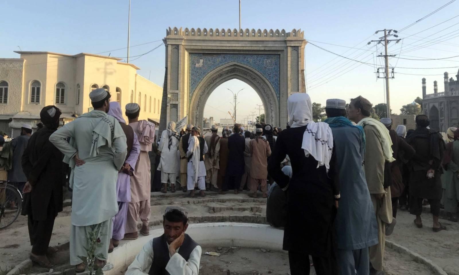 طالبان نے قندھار پر قبضے کے بعد اپنا پرچم لہرادیا —فوٹو: ای پی اے