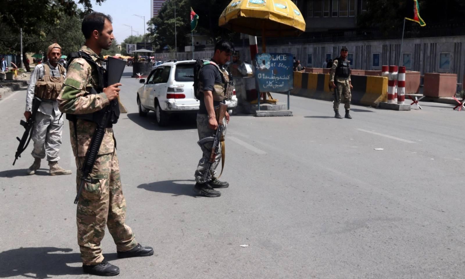 افغان سیکیورٹی حکام کابل میں چیک پوائنٹس پر پہرا دے رہے ہیں—فوٹو: ای پی اے