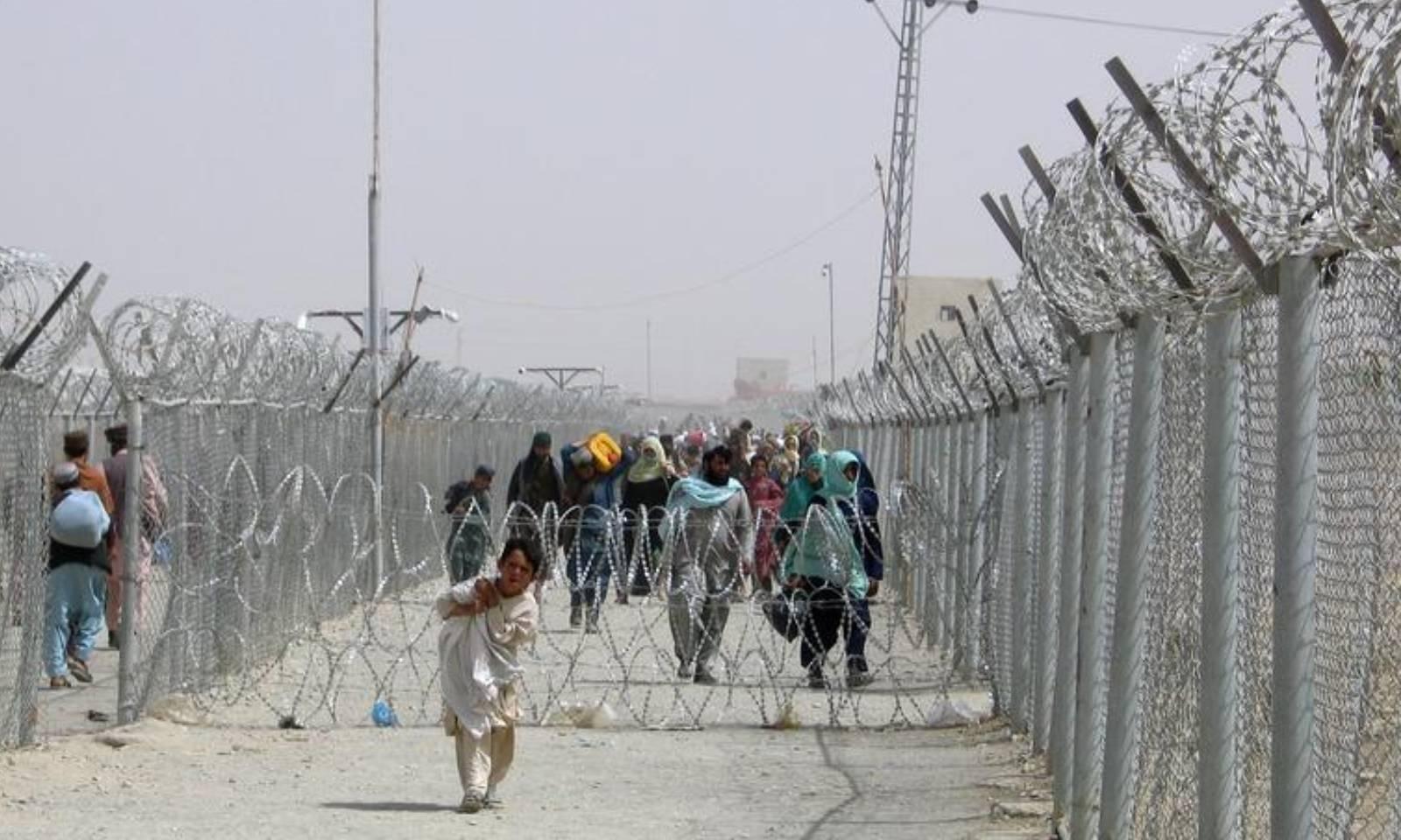 افغان شہری چمن بارڈر  پار کررہے ہیں—فوٹو: رائٹرز