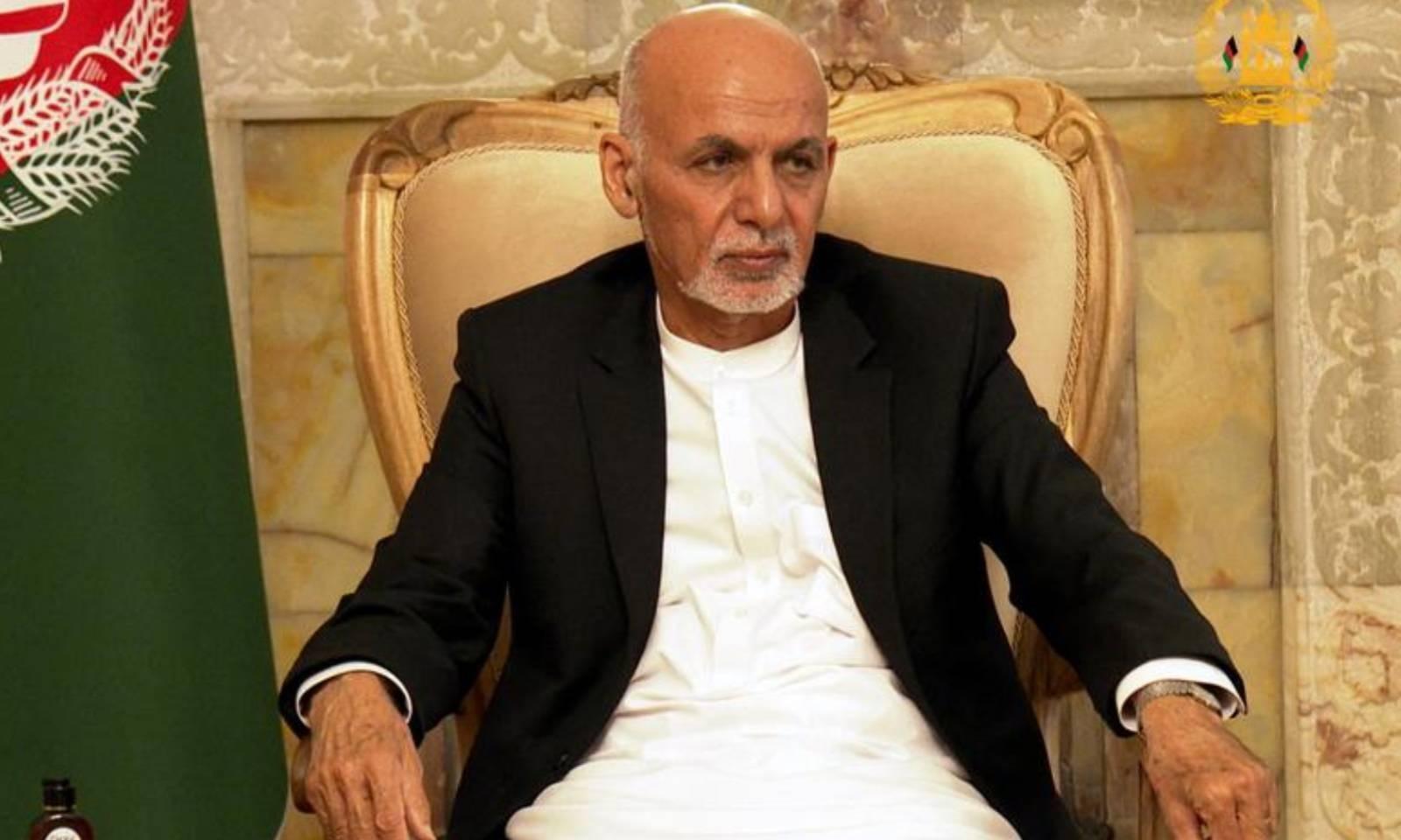 افغان صدر اشرف غنی نے گزشتہ روز سیکیورٹی کے حوالے سے اجلاس کی صدارت کی تھی اور اب وہ ملک چھوڑ گئے ہیں—فوٹو: رائٹرز