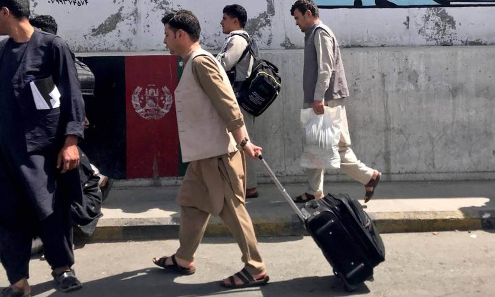 شہریوں کی بڑی  تعداد کابل میں ایئرپورٹ کا رخ کررہی ہے—فوٹو: رائٹرز